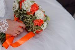 Η νύφη με μια ανθοδέσμη των λουλουδιών Στοκ Εικόνα