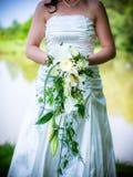 Η νύφη με τη νυφική ανθοδέσμη, τα άσπρα τριαντάφυλλα και άσπρο calla Στοκ εικόνες με δικαίωμα ελεύθερης χρήσης
