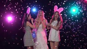 Η νύφη παίρνει τα προκλητικά δώρα από τους φίλους της κίνηση αργή απόθεμα βίντεο