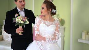 Η νύφη περιμένει αγαπημένος Ο νεόνυμφος δίνει μια ανθοδέσμη στη νύφη φιλμ μικρού μήκους