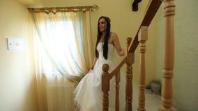 Η νύφη περπατά κάτω από τα σκαλοπάτια απόθεμα βίντεο
