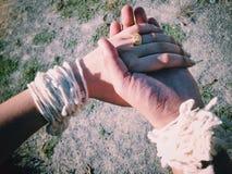η νύφη πηγαίνει χέρι το άτομό που της μαζί Στοκ Εικόνα