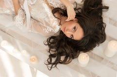 Η νύφη που βρίσκεται στο ξύλινο πάτωμα στοκ φωτογραφίες