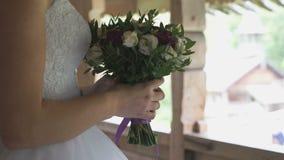 Η νύφη που κρατά μια γαμήλια ανθοδέσμη φιλμ μικρού μήκους