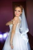 Η νύφη σε ένα άσπρο φόρεμα στο διαμέρισμα Στοκ φωτογραφία με δικαίωμα ελεύθερης χρήσης