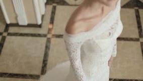 Η νύφη σε ένα κομψό φόρεμα με μια τοποθέτηση τραίνων απόθεμα βίντεο