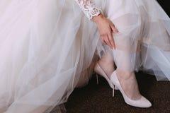 Η νύφη, σε ένα πολυτελές γαμήλιο φόρεμα στοκ εικόνα