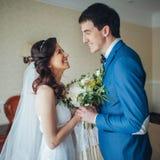 Η νύφη συναντά τη νύφη στο δωμάτιο ξενοδοχείου στοκ εικόνες με δικαίωμα ελεύθερης χρήσης