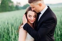 Η νύφη της Νίκαιας απολαμβάνει groom& x27 αφή του s στοκ εικόνα με δικαίωμα ελεύθερης χρήσης