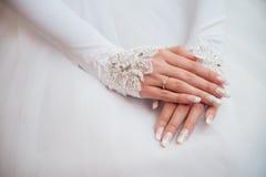 η νύφη χρωματίζει το κόκκινο αναδρομικό δαχτυλίδι χεριών Στοκ Φωτογραφία