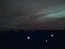 Η νύχτα, έναστρος ουρανός επάνω από τις στέγες στοκ εικόνες