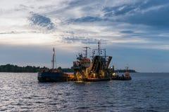 Η νύχτα καθαρισμού κοιτών ποταμού καναλιών λιμένων - εργασία Στοκ Εικόνες