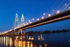 η νύχτα καλωδίων γεφυρών έμεινε Στοκ φωτογραφία με δικαίωμα ελεύθερης χρήσης