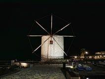 Η νύχτα μειώνεται πέρα από τον κόλπο πέρα από την κύρια πόλη στο ελληνικό νησί της Κέρκυρας Στοκ εικόνα με δικαίωμα ελεύθερης χρήσης
