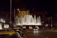Η νύχτα παρουσιάζει μαγικές πηγές στη Βαρκελώνη Στοκ εικόνες με δικαίωμα ελεύθερης χρήσης