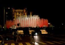 Η νύχτα παρουσιάζει μαγικές πηγές στη Βαρκελώνη Στοκ εικόνα με δικαίωμα ελεύθερης χρήσης