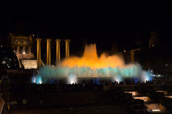 Η νύχτα παρουσιάζει μαγικές πηγές στη Βαρκελώνη Στοκ φωτογραφία με δικαίωμα ελεύθερης χρήσης