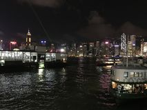 Η νύχτα παρουσιάζει στο λιμάνι Βικτώριας σε HKG στοκ εικόνα