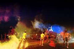 Η νύχτα παρουσιάζει των παραδοσιακών κεριών Λατρεία επετείου στο βουδισμό στοκ εικόνα