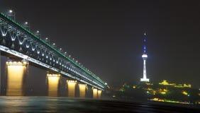 Η νύχτα της γέφυρας ποταμών Yangtze Στοκ Εικόνες