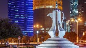 Η νύχτα dallah timelapse ή μνημείο δοχείων καφέ που αντιπροσωπεύει την υποδοχή σε Doha Corniche απόθεμα βίντεο
