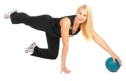 η ξανθή άσκηση σφαιρών κάνει τον αθλητισμό Στοκ φωτογραφία με δικαίωμα ελεύθερης χρήσης