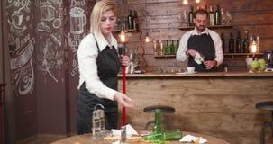 Η ξανθή θηλυκή σερβιτόρα σκουπίζει το πάτωμα μετά από ένα κόμμα απόθεμα βίντεο