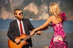 Η ξανθή πίσω-άποψη αποτρέπει την κιθάρα παιχνιδιού Στοκ Εικόνα