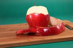 Η ξεφλουδισμένη ώριμη κόκκινη Apple Στοκ Εικόνες