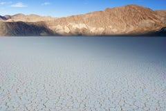 Η ξηρά λίμνη Playa πιστών αγώνων στο εθνικό πάρκο κοιλάδων θανάτου στο ασβέστιο Στοκ Φωτογραφία