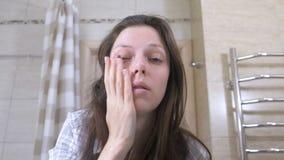 Η ξυπνημένη κουρασμένη γυναίκα στο λουτρό χαστουκίζει στα μάγουλα ξυπνήστε απόθεμα βίντεο