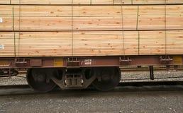 Η ξυλεία φόρτωσε Boxcar μεταφορών αυτοκινήτων σιδηροδρόμου την κατασκευή στοκ φωτογραφία
