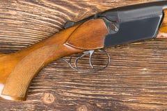 Η ξύλινη άκρη από το παλαιό πυροβόλο όπλο βρίσκεται στον πίνακα στοκ εικόνες