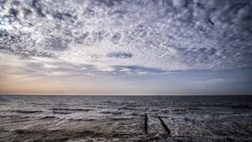 Η ξύλινη αποβάθρα στην παραλία με το νεφελώδη μπλε ουρανό σε Vlissingen, Zeeland, Ολλανδία, Κάτω Χώρες Στοκ Φωτογραφία