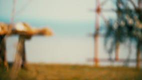 Η ξύλινη αψίδα διακοπών στο υπόβαθρο της θάλασσας, που διακοσμείται με το φθινόπωρο ανθίζει απόθεμα βίντεο