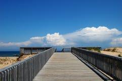 Η ξύλινη γέφυρα στον ανώτερο λιμνών με ένα μπλε backgorund ένα λευκό καλύπτει στοκ εικόνες