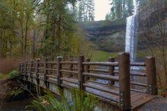 Η ξύλινη γέφυρα στο ασήμι πέφτει κρατικό πάρκο Όρεγκον ΗΠΑ Στοκ Φωτογραφία