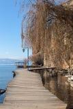 Η ξύλινη γέφυρα της επιθυμίας πέρα από τη λίμνη της Οχρίδας, Μακεδονία στοκ φωτογραφία με δικαίωμα ελεύθερης χρήσης