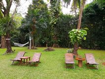 Η ξύλινη καρέκλα τέσσερα, ένας ορθογώνιος και κυκλικός ξύλινος πίνακας είναι στοκ φωτογραφία με δικαίωμα ελεύθερης χρήσης
