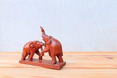 Η ξύλινη σύγκρουση ελεφάντων δύο στο ξύλινο επιτραπέζιο υπόβαθρο πατωμάτων με το διάστημα αντιγράφων προσθέτει το κείμενο Στοκ εικόνες με δικαίωμα ελεύθερης χρήσης