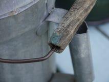 Η ξύλινη λαβή του παλαιού ποτίσματος κασσίτερου μπορεί Στοκ εικόνα με δικαίωμα ελεύθερης χρήσης