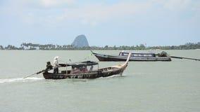 Η ξύλινη βάρκα επιβατών οδηγά ένα λιμάνι Ko Yao Noi μορφής βαρκών πηγαίνει Koh Yao Yai Har φιλμ μικρού μήκους