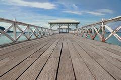 Η ξύλινη γέφυρα στη θάλασσα και το ξύλινο περίπτερο προκυμαιών Στοκ Φωτογραφίες