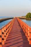 Η ξύλινη γέφυρα στη θάλασσα της Μπανγκόκ Ταϊλάνδη με το μαλακό φως το πρωί Στοκ Φωτογραφία