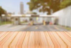 Η ξύλινη επιτραπέζια κορυφή στο ελαφρύ υπόβαθρο φόρων φραγμών θαμπάδων, μπορεί να χρησιμοποιηθεί για την αγγελία στοκ εικόνες με δικαίωμα ελεύθερης χρήσης
