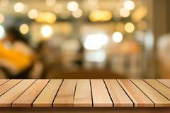 Η ξύλινη επιτραπέζια κορυφή στο υπόβαθρο εστιατορίων θαμπάδων bokeh μπορεί να είναι χρησιμοποιημένο φ Στοκ φωτογραφίες με δικαίωμα ελεύθερης χρήσης