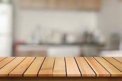 Η ξύλινη επιτραπέζια κορυφή στο υπόβαθρο κουζινών θαμπάδων bokeh μπορεί να χρησιμοποιηθεί για στοκ εικόνα με δικαίωμα ελεύθερης χρήσης