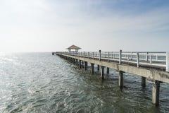 Η ξύλινη διάβαση πεζών γεφυρών στη θάλασσα Στοκ εικόνες με δικαίωμα ελεύθερης χρήσης