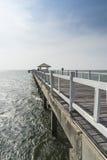 Η ξύλινη διάβαση πεζών γεφυρών στη θάλασσα Στοκ Φωτογραφίες