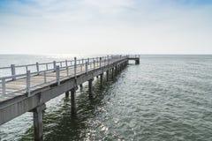 Η ξύλινη διάβαση πεζών γεφυρών στη θάλασσα Στοκ εικόνα με δικαίωμα ελεύθερης χρήσης